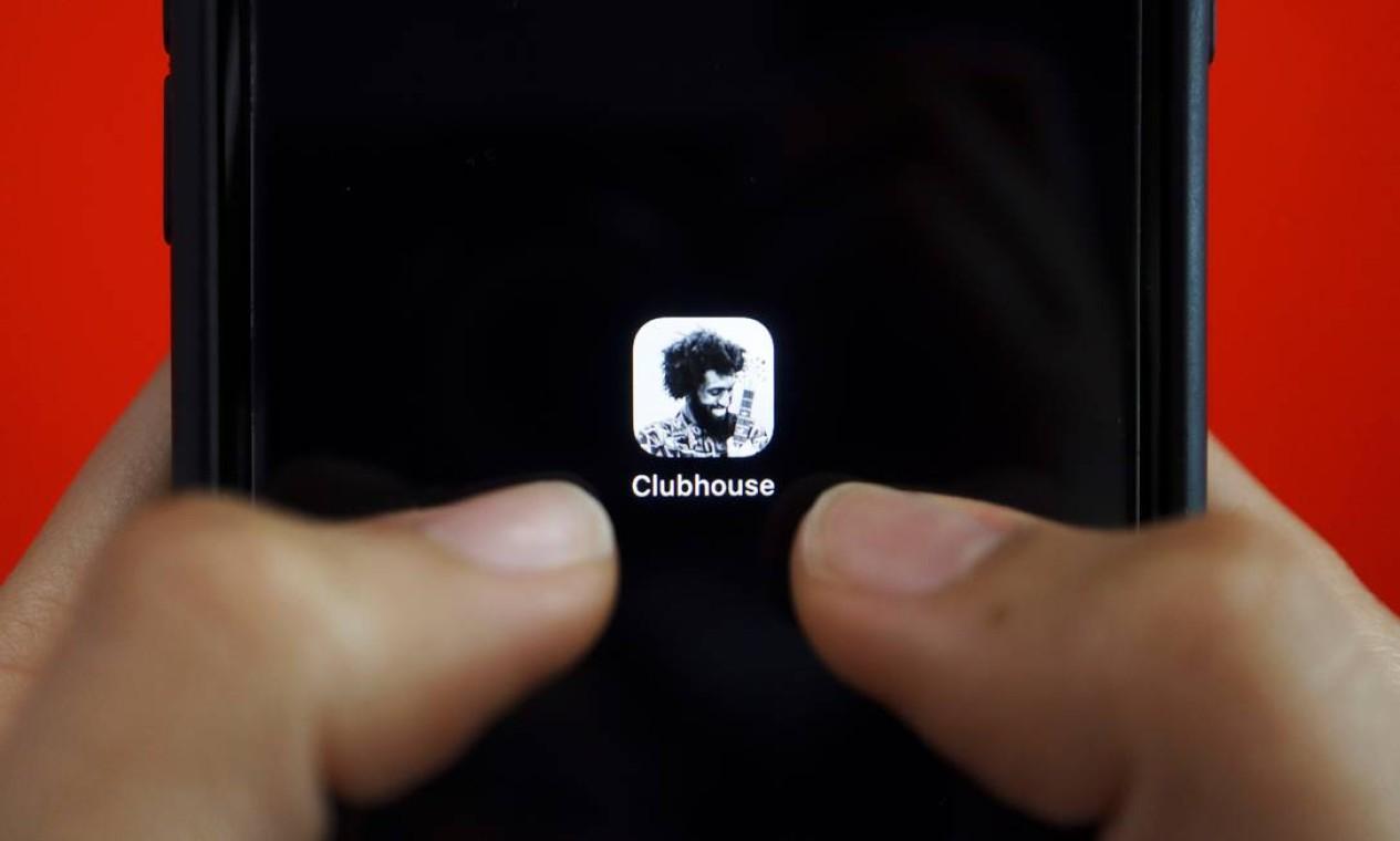 O aplicativo de conversas por áudio Clubhouse é visto em um celular. Nova rede social tem despertado a atenção dos brasileiros e dado literalmente o que falar pelo mundo Foto: FLORENCE LO / REUTERS