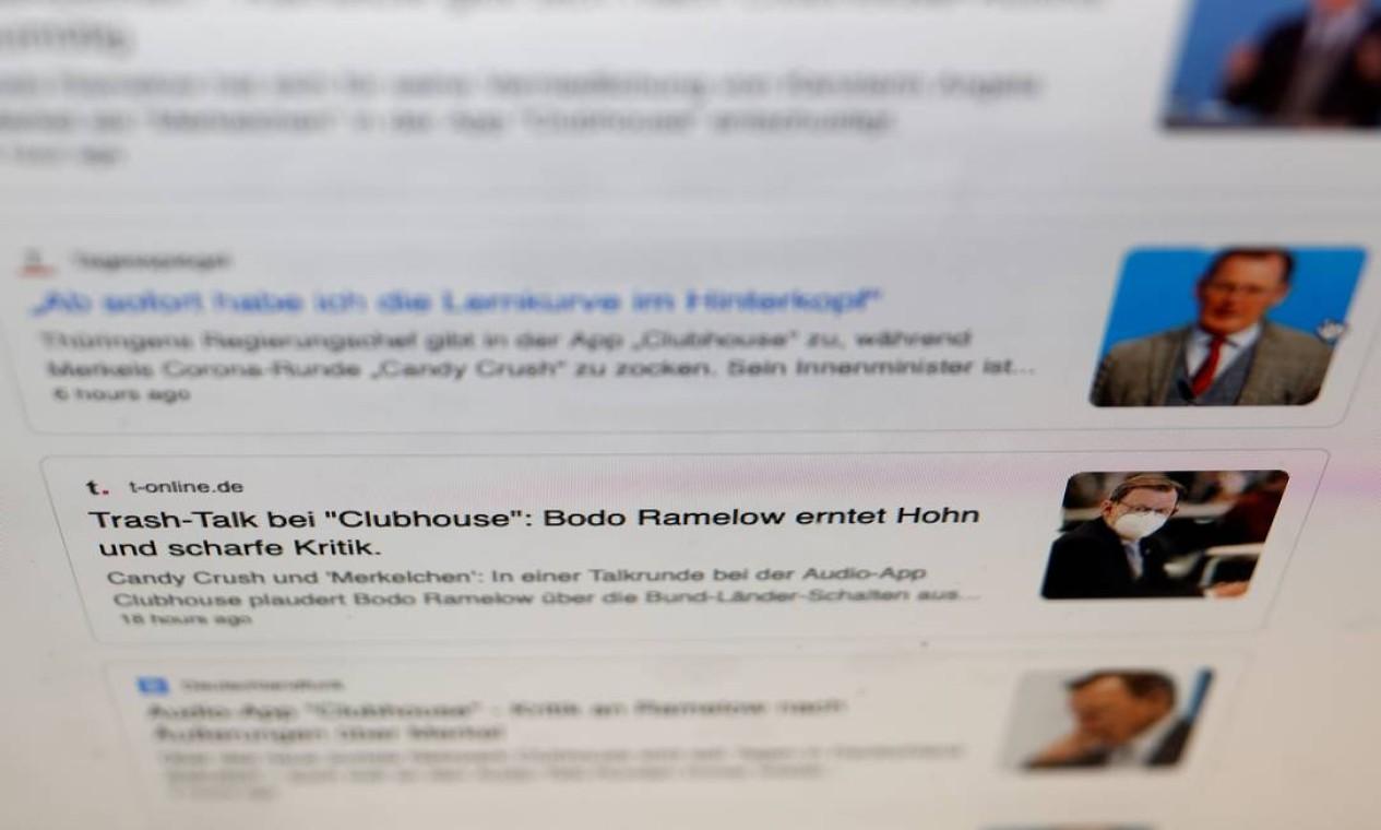 Manchetes de artigos de sites de notícias alemães, depois que o premiê estadual da Turíngia, Bodo Ramelow, admitiu no Clubhouse ter jogado Candy Crush em seu telefone durante reuniões online de resposta à pandemia com a chanceler alemã, Angela Merkel. Ramelow fez a confissão durante o que ele pensou ser uma reunião fechada no aplicativo de bate-papo Foto: ODD ANDERSEN / AFP