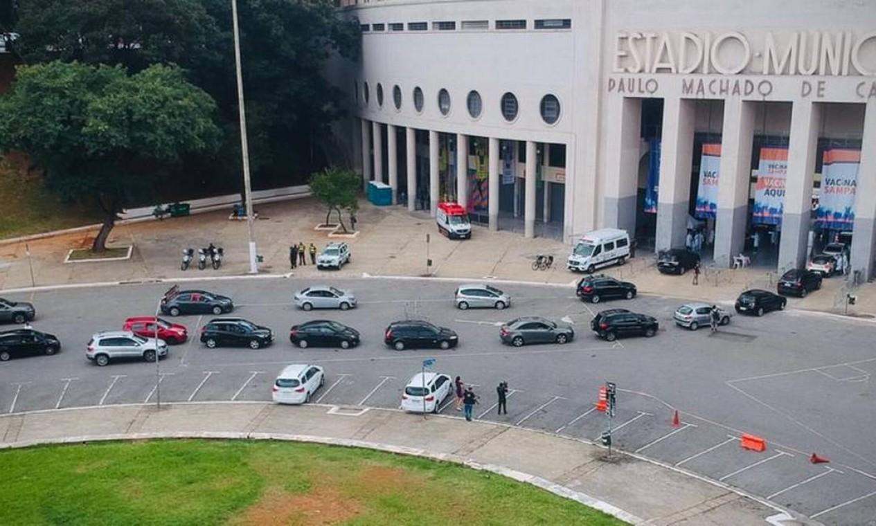 Fila de carros na Praça Charles Miller, nos arredores do Estádio do Pacaembu Foto: Marco Ankosqui/O Globo