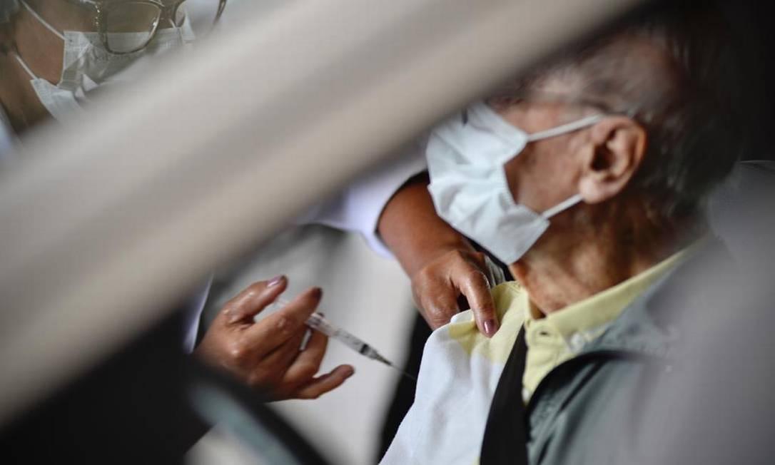 Estimativa é imunizar 32.837 pessoas nesta etapa Foto: Marco Ankosqui/O Globo
