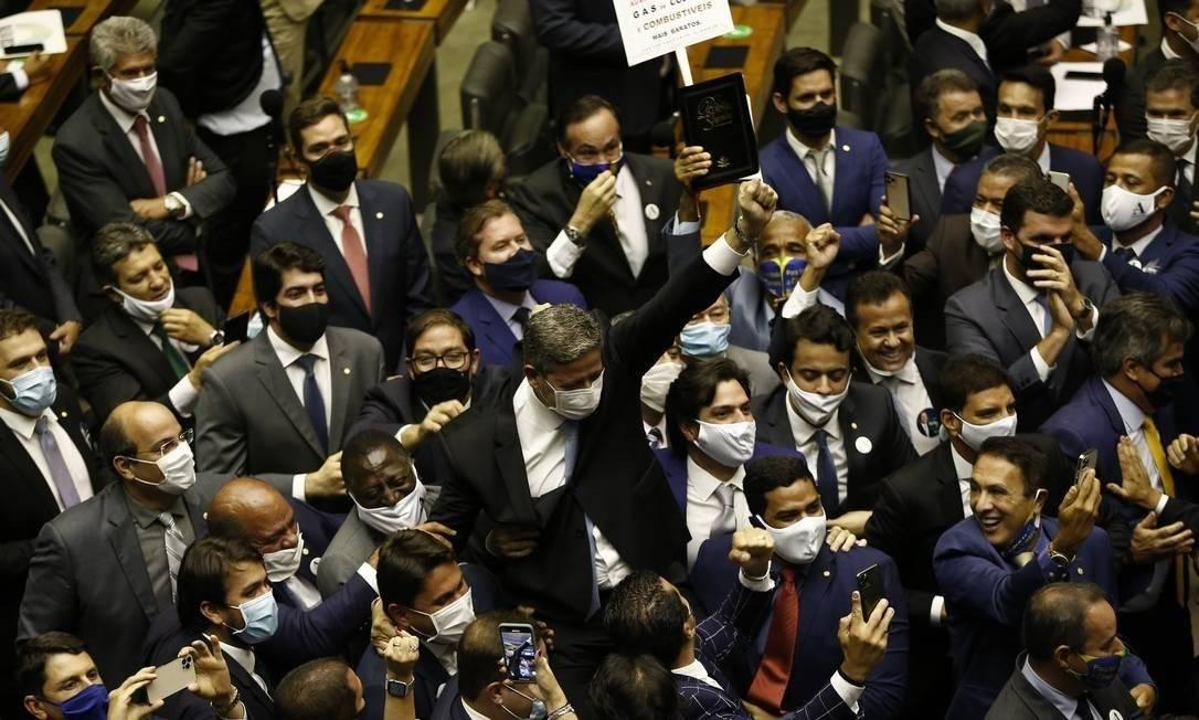 Arthur Lira é carregado por aliados na comemoração de sua eleição à Presidência da Câmara Foto: Pablo Jacob/Agência O Globo