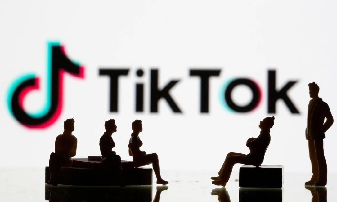 Bonecos em frente a um logotipo da rede social chinesa TikTok Foto: Dado Ruvic / Reuters