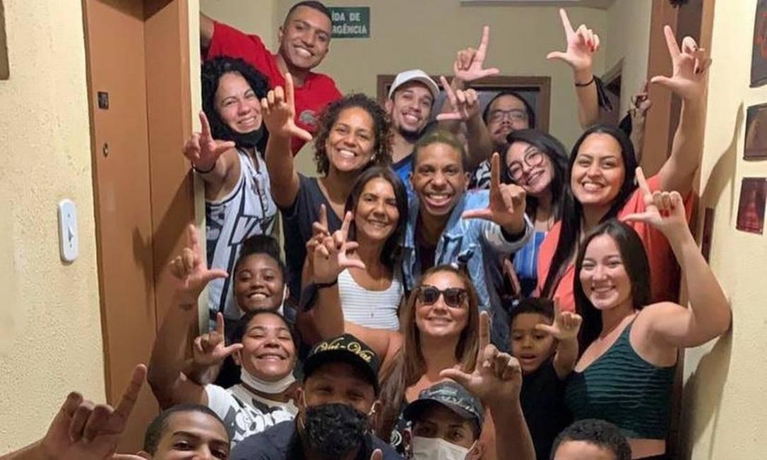 Lucas Penteado reencontra família e amigos no bairro de Bela Vista, em São Paulo Foto: Reprodução