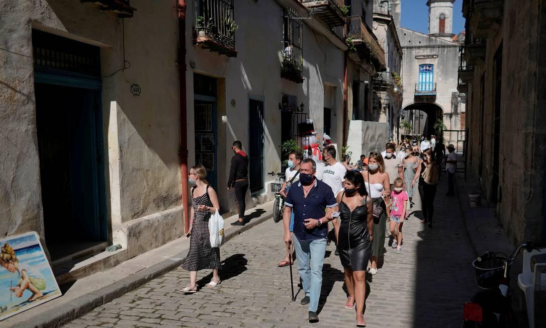 Turistas caminham pelo centro histórico de Havana Foto: ALEXANDRE MENEGHINI / REUTERS