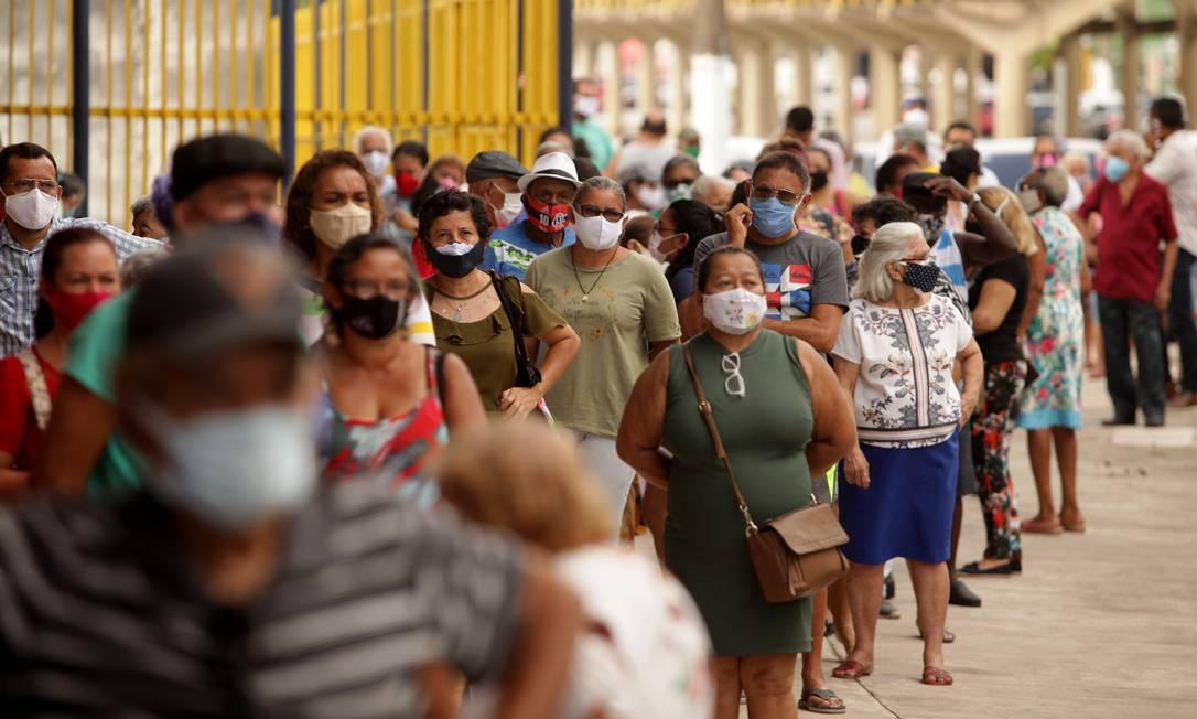 Idosos a partir de 85 anos aguardam na fila para serem vacinados, em Belém Foto: FramePhoto / Agência O Globo