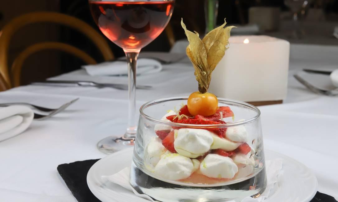 Sobremesa.O Olimpo indica a meringata com morangos marinados em vinho do Porto, creme de frutas vermelhas e suspiro siciliano. A finalização tem a exótica physalis: R$ 25 Foto: Divulgação / Evelen Gouvea