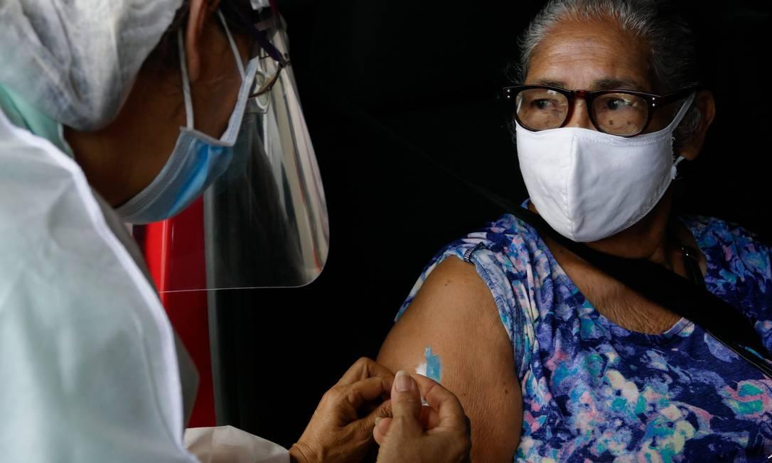 Vacinação de idosos em Manaus Foto: Sandro Pereira/Fotoarena/Agência O Globo