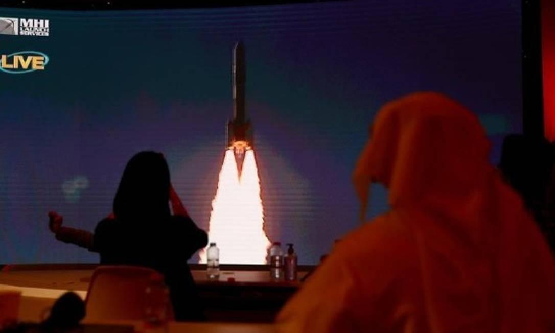 Pessoas assistem, na Ilha de Tanegashima, no Japão, o lançamento da sonda Hope, que ocorreu no Centro Espacial Mohammed bin Rashid em Dubai, nos Emirados Árabes Unidos Foto: AHMED JADALLAH/REUTERS
