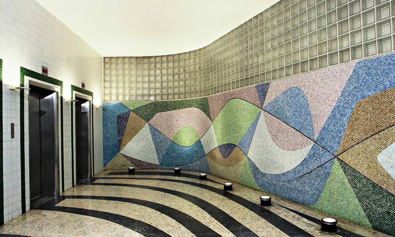 Hall dos elevadores do edifício do Instituto de Resseguros do Brasil, na Avenida Marechal Câmara Foto: Fotos de Vicente de Mello/Divulgação