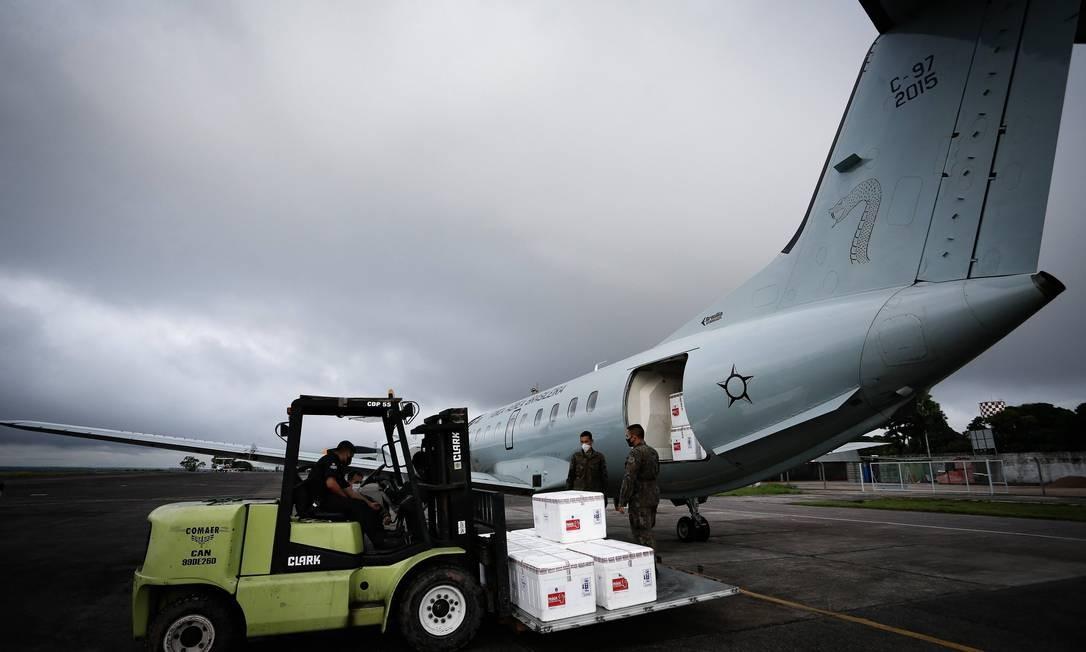 Doses de vacina contra a Covid-19 desembarcam no aeroporto de Tabatinga (AM) Foto: Pablo Jacob/Agência O Globo/19-01-2021