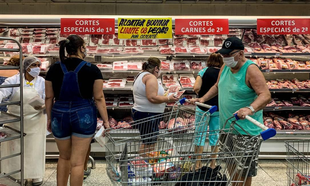 Consumidores na seção de carnes de supermercado na Zona Norte do Rio: produto segue com preço alto em 2021 Foto: Brenno Carvalho / Agência O Globo/10-9-2020