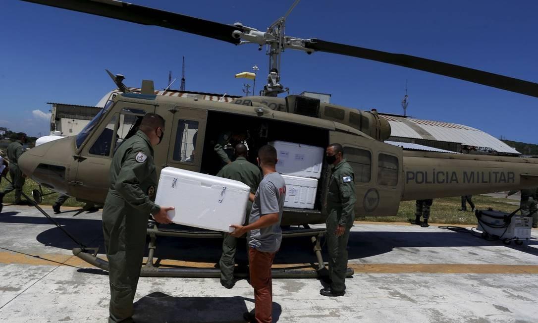 Aeronave do GAM faz transporte de vacinas contra Covid-19 entre municípios no Rio Foto: Fabiano Rocha em 19-1-2021 / Agência O Globo