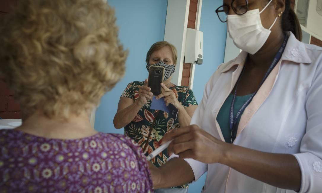 Idosa é vacinada na Gávea, no Rio de Janeiro Foto: Márcia Foletto/Agência O Globo/04-02-2021