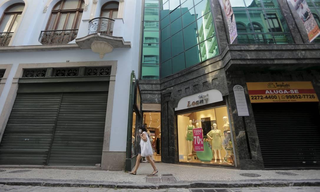 Cenas no comércio no Rio: No Centro, lojas fechadas e pouco movimento Foto: Domingos Peixoto / Agência O Globo