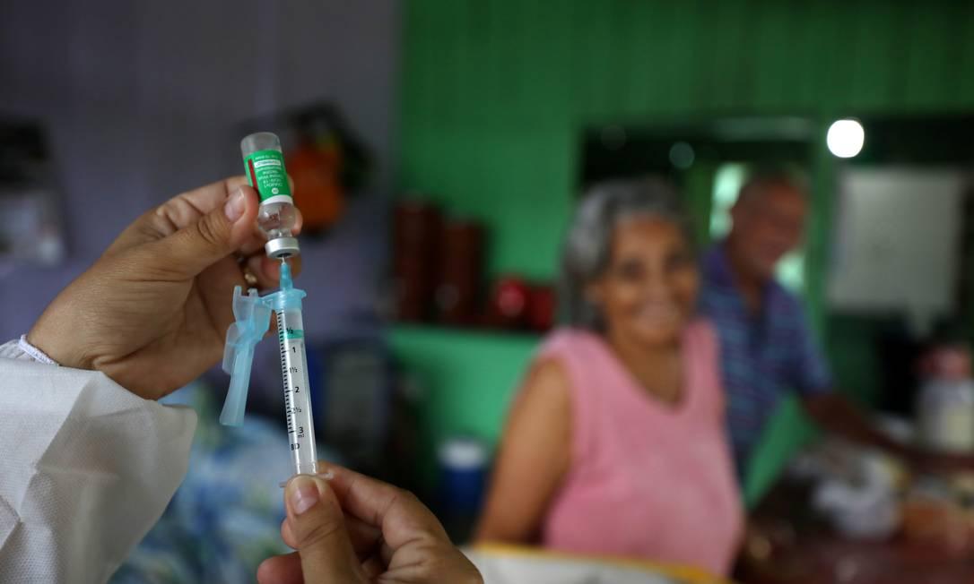 Agente municipal de saúde prepara dose da vacina AstraZeneca/Oxford na Reserva de Desenvolvimento Sustentável de Tupe nas margens do rio Negro em Manaus, Brasil, 9 de fevereiro de 2021 Foto: BRUNO KELLY / REUTERS