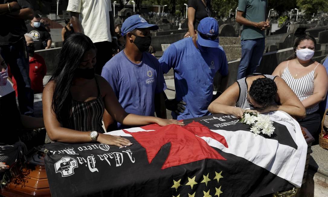 Esposa e mãe do motorista de aplicativo Alexandre Jorge Monteiro de Sousa choram na hora do sepultamento Foto: Gabriel de Paiva