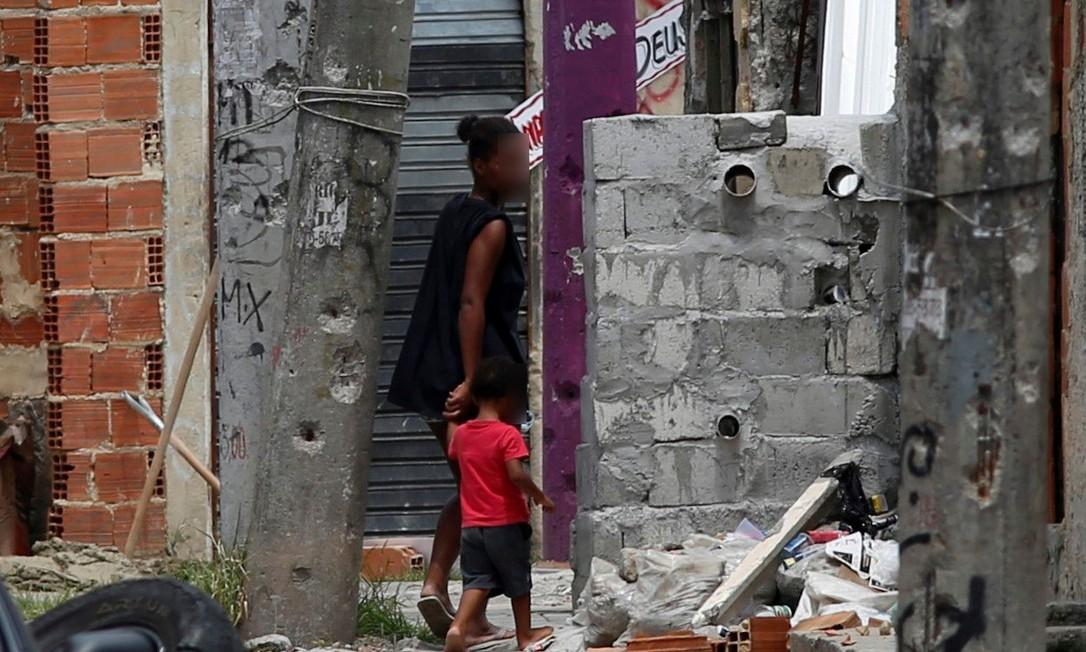 Mureta de concreto e canos PVC é usada como preteção por traficantes na Cidade de Deus Foto: Agência O Globo