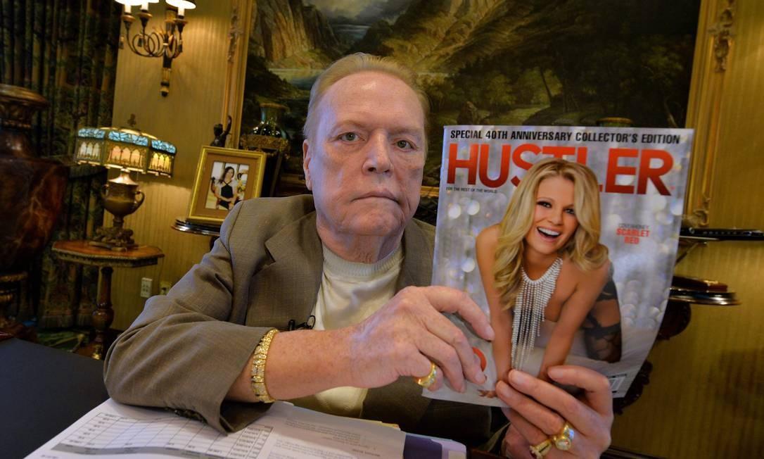 Larry Flynt em 2014, com a capa do 40º aniversário da revista 'Hustler' Foto: MARK RALSTON / AFP