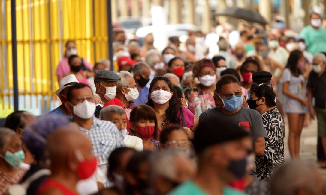 Início da vacinação contra a Covid-19 gerou engarrafamento, fila e aglomeração em Belém, no Pará Foto: Raimundo Paccó/FramePhoto / Agência O Globo