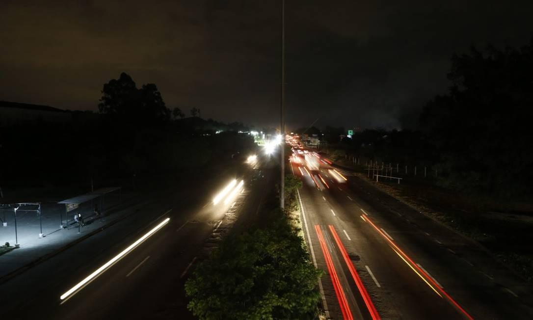 Breu: Avenida Brasil às escuras, na altura da Estrada do Mendanha, em Campo Grande: via foi recordista de reclamações no ano passado Foto: Roberto Moreyra / Agência O GLOBO
