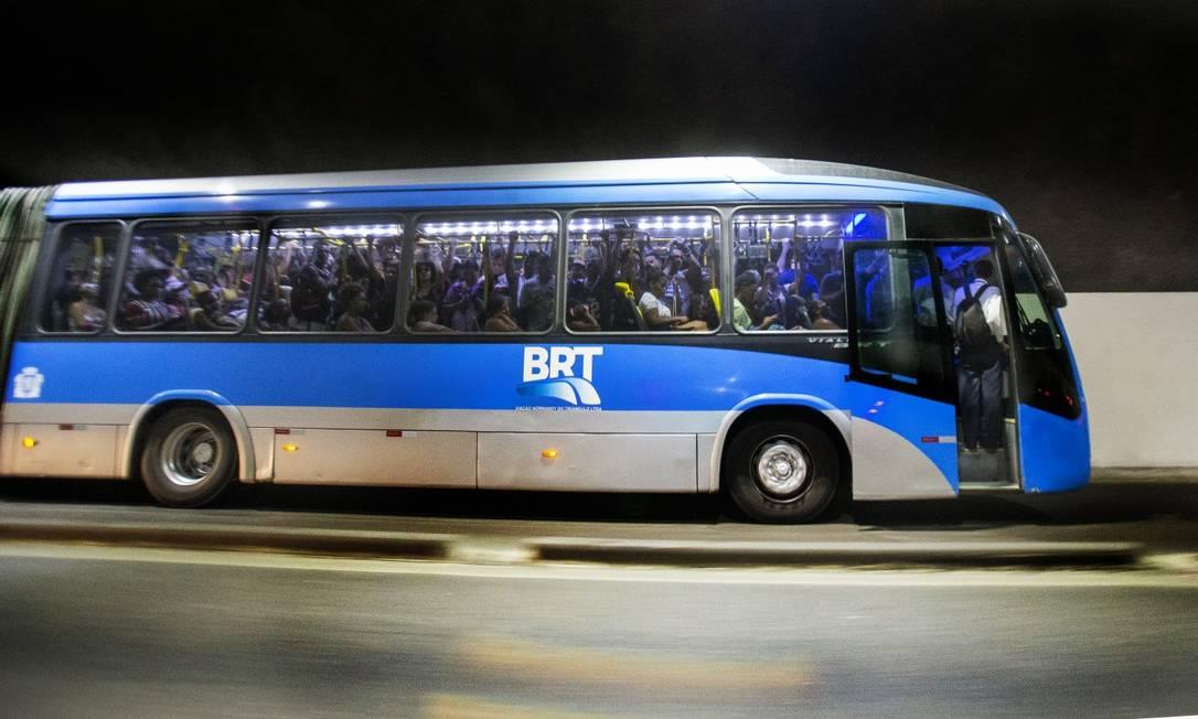 BRT lotado e andando com porta dianteira aberta na Zona Oeste Foto: Antonio Scorza em 4-2-2021 / Agência O Globo