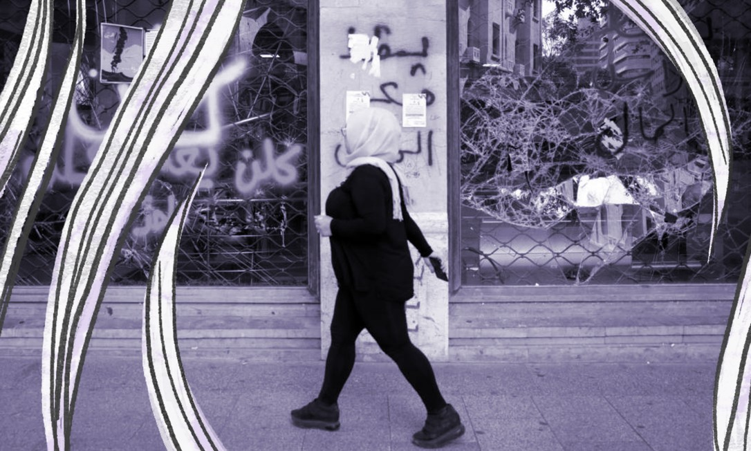 Mulher passa em frente a agência bancária fechada, em Beirute (12/11/2019): a violência doméstica dobrou no último ano no Líbano, e três casos de feminicídio causaram revolta entre as mulheres no país Foto: REUTERS/Andres Martinez Casares