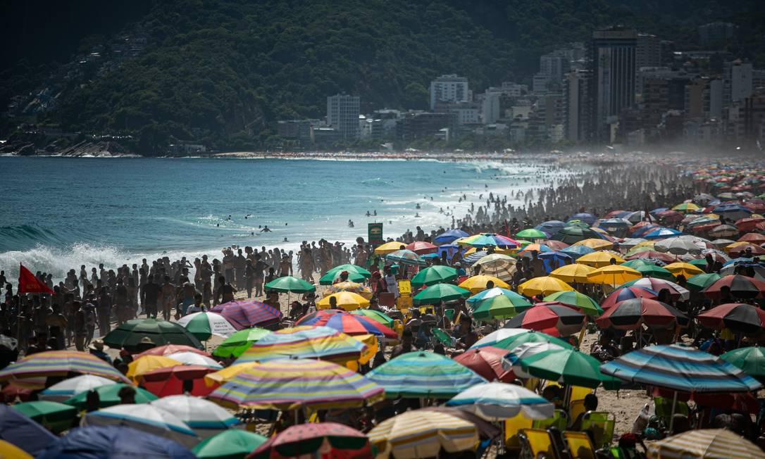 A aglomeração na Praia de Ipanema durante o feriado de São Sebastião deste ano Foto: Hermes de Paula / Agência O Globo / 20-01-2021
