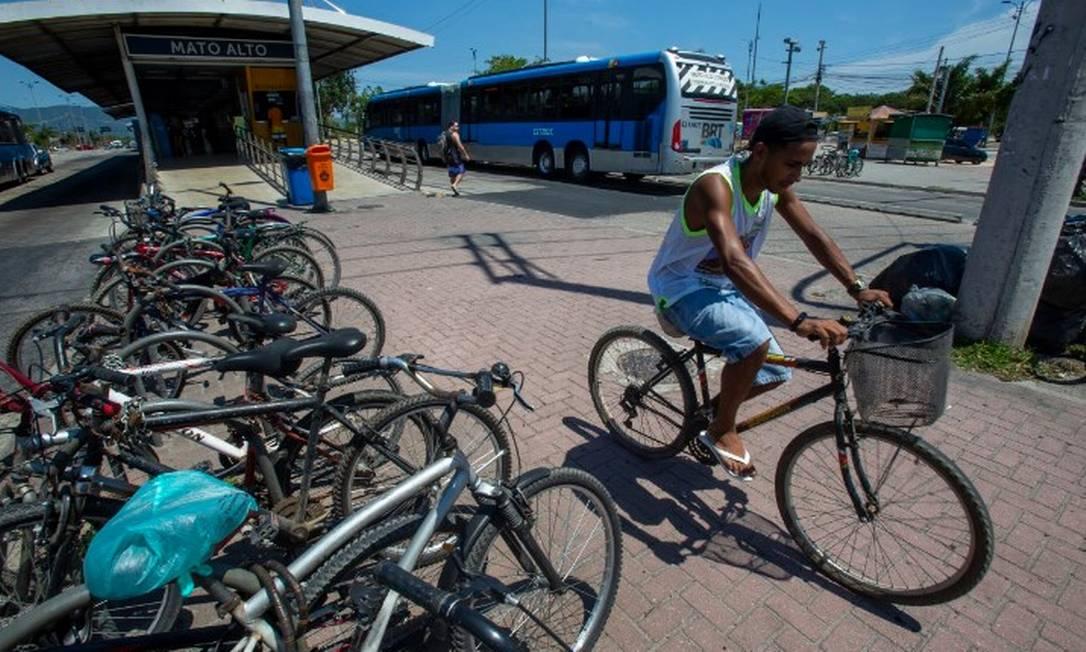 João Vitor Brum estaciona bicicleta na estação Mato Alto, do BRT Foto: Antonio Scorza/Agência O Globo