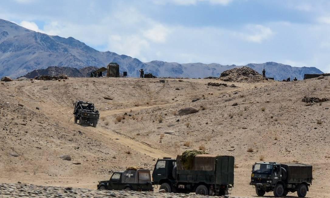 Soldados do exército indiano dirigem veículos no território da união de Ladakh. Índia disse chegado a um acordo com a China para ambos recuarem parte de sua contestada fronteira do Himalaia. Foto: MOHD ARHAAN ARCHER / AFP