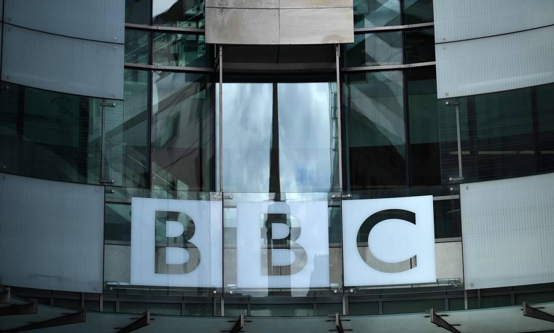 Uma placa da BBC é exibida fora da sede da corporação em Portland Place, Londres Foto: BEN STANSALL / AFP/02-07-2020