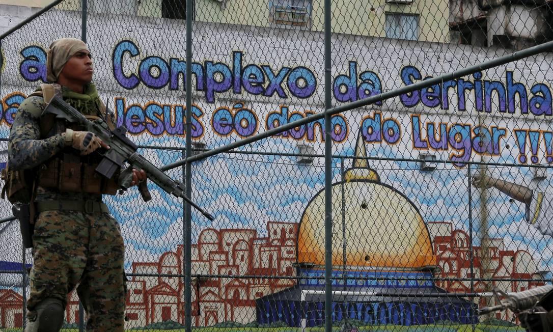 Operação da PM na comunidade da Serrinha , em Madureira, na manhã desta sexta-feira. Três pessoas morreram e uma ficou ferida durante a ação Foto: FABIANO ROCHA / Agência O Globo