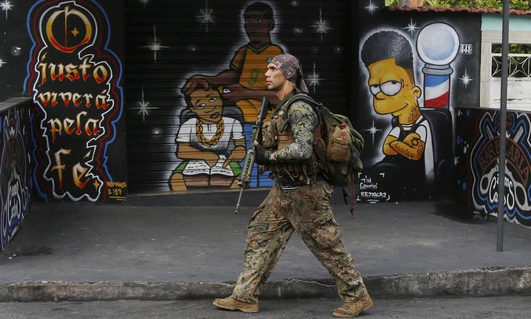 Agente do Bope na comunidade da Serrinha Foto: FABIANO ROCHA / Agência O Globo