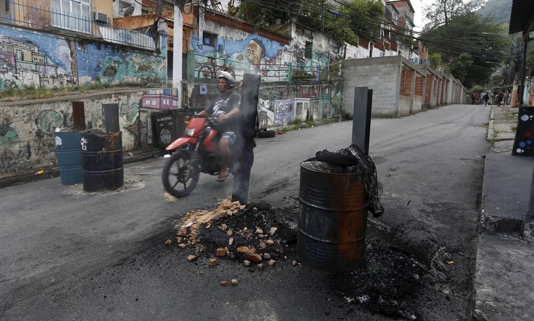 Comunidade anda assustada por conta de conflitos armados entre facções locais Foto: FABIANO ROCHA / Agência O Globo