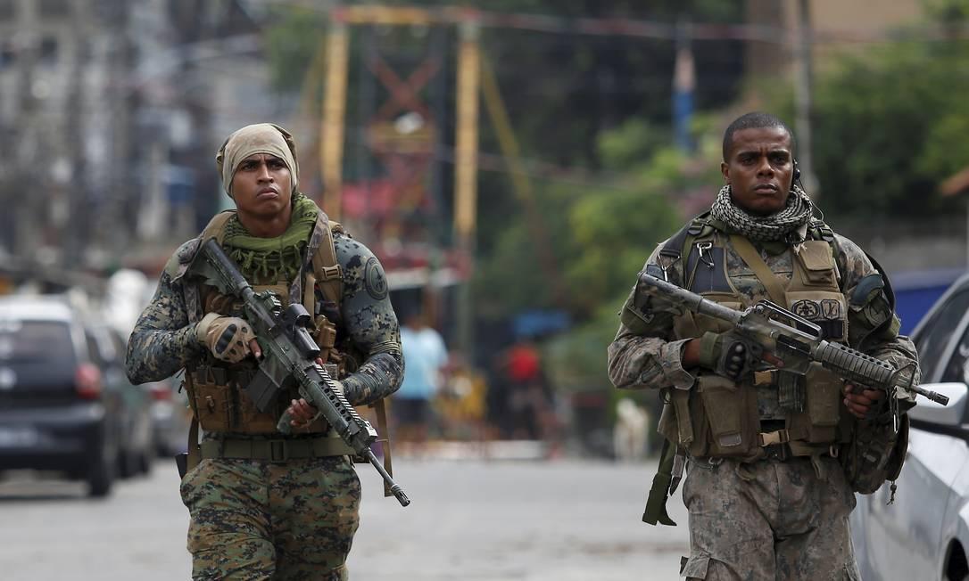 Agentes no Morro da Serrinha, em Madureira Foto: FABIANO ROCHA / Agência O Globo