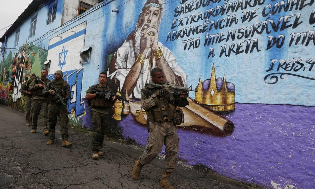 Ação ocorre após madrugada de intenso tiroteio no bairro Foto: FABIANO ROCHA / Agência O Globo