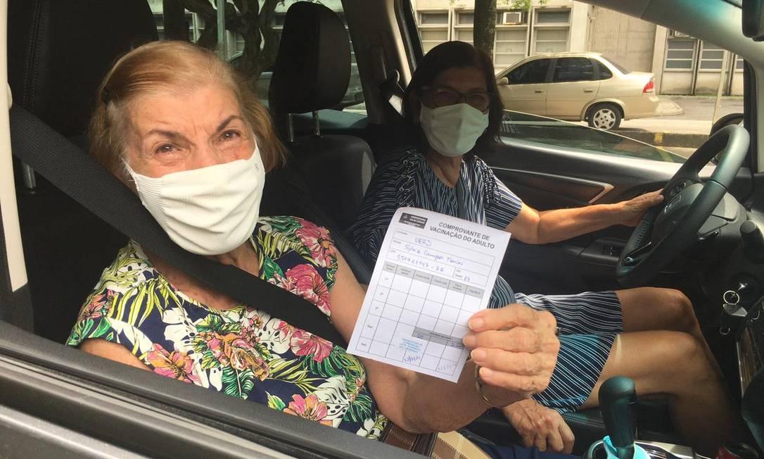 Sylvia Tonine, de 85 anos, foi de carro até a Uerj para ser vacinada Foto: Rafael Nascimento de Souza / Agência O Globo