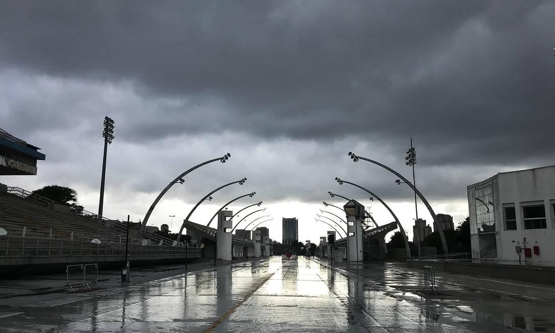 O sambódromo de São Paulo também deserto em plena temporada de carnaval. Capital paulista perde R$ 2,9 bilhões sem a festa Foto: Marco Ankosqui / Agência O Globo