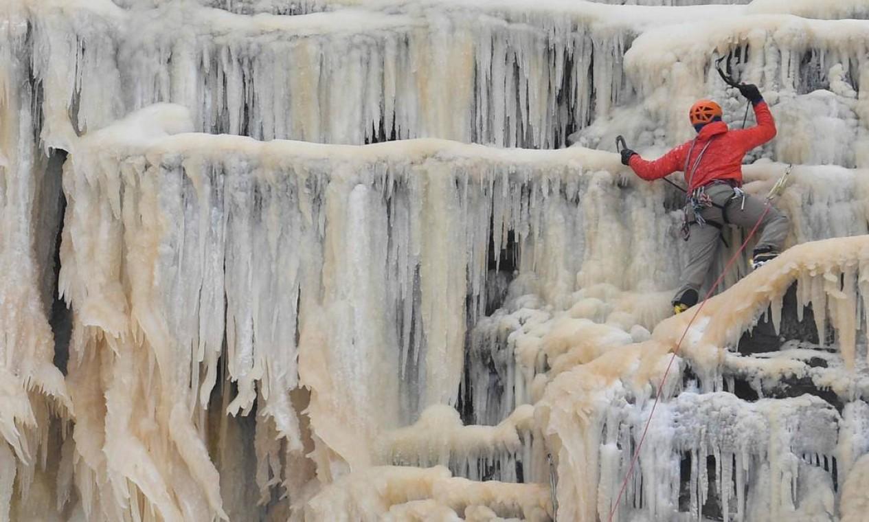 Cachoeira em parque nacional congelou devido às baixas temperaturas que atingem diversos países da Europa Foto: OLI SCARFF / AFP - 12/02/2021