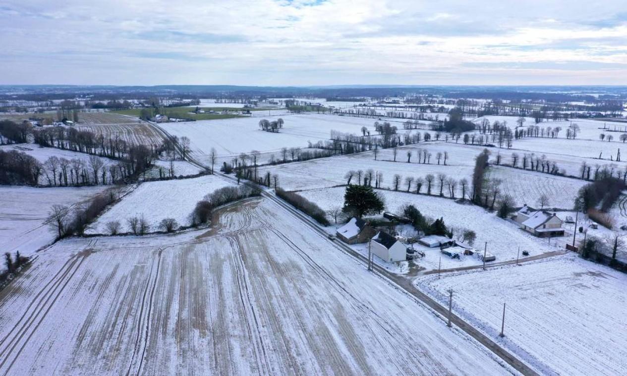 Campo coberto de neve e a vila de Quedillac, oeste da França Foto: DAMIEN MEYER / AFP - 12/02/2021