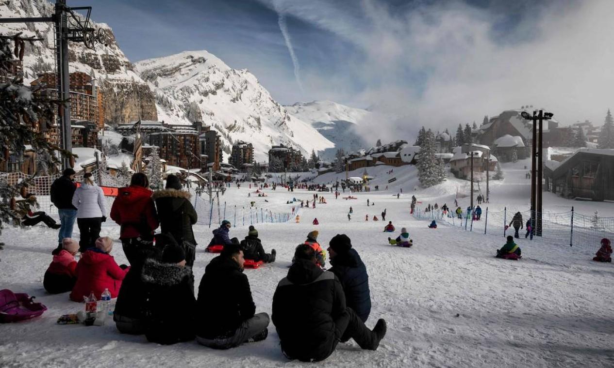 As pessoas aproveitam a neve na estação de esqui Avoriaz, nos Alpes franceses Foto: JEFF PACHOUD / AFP - 11/02/2021