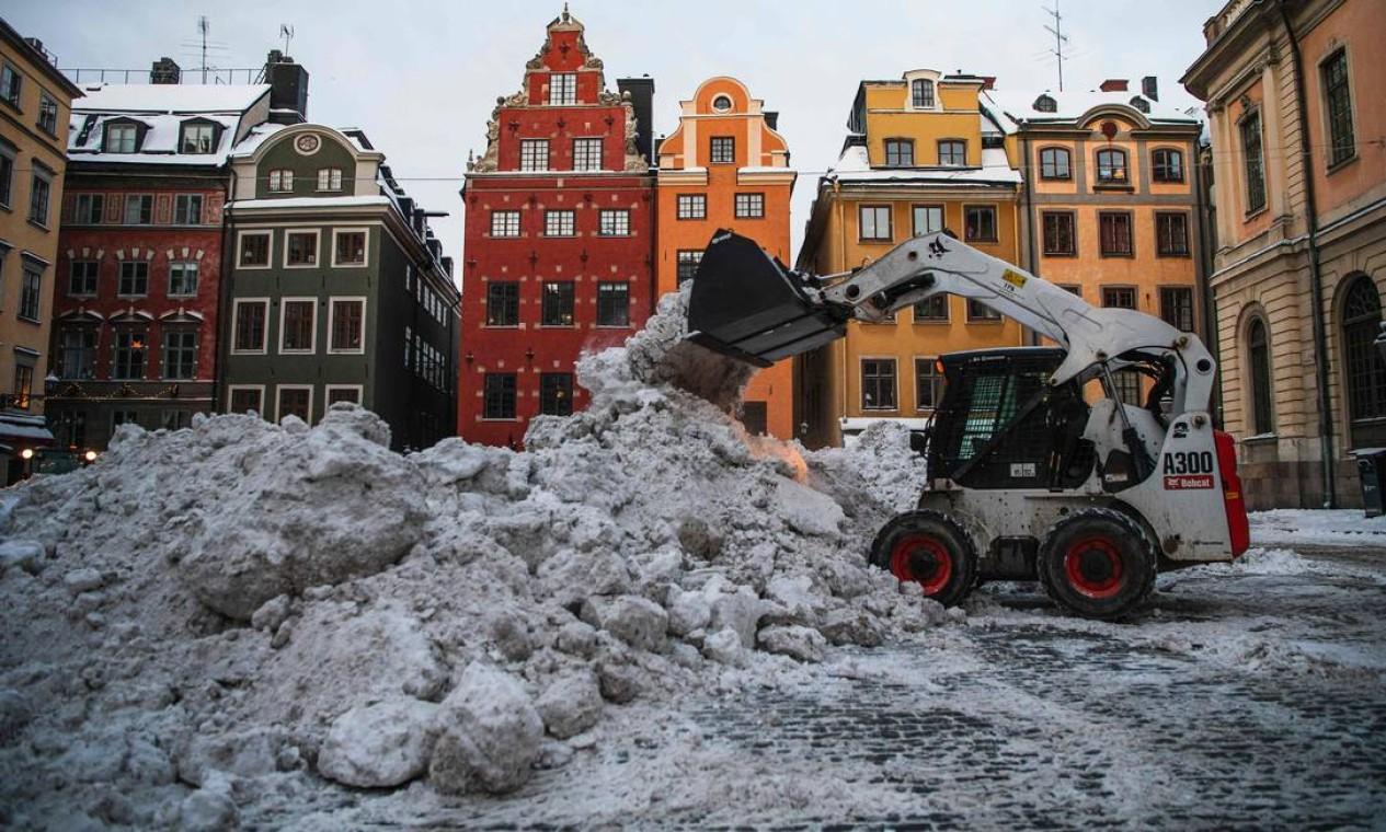 Trator remove neve na praça Stortorget, na cidade velha de Stockholms Foto: JONATHAN NACKSTRAND / AFP - 11/02/2021