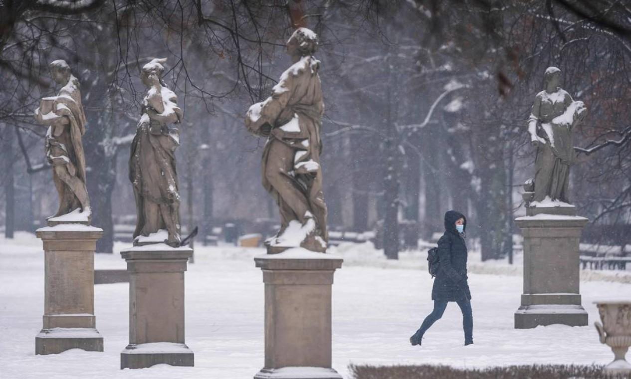 Mulher caminha no parque coberto de neve no centro de Varsóvia Foto: WOJTEK RADWANSKI / AFP - 10/02/2021