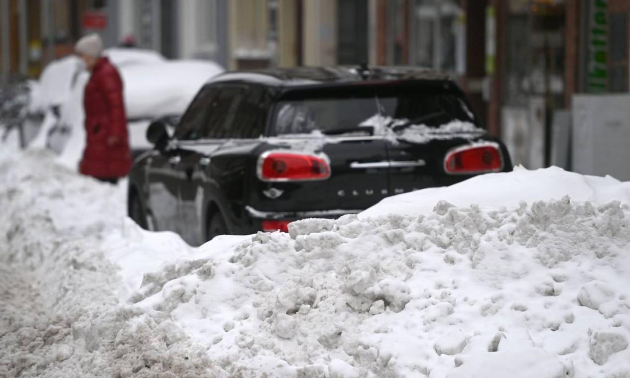 Mulher atravessa uma rua coberta de neve na cidade de Muenster, oeste da Alemanha Foto: INA FASSBENDER / AFP - 10/02/2021
