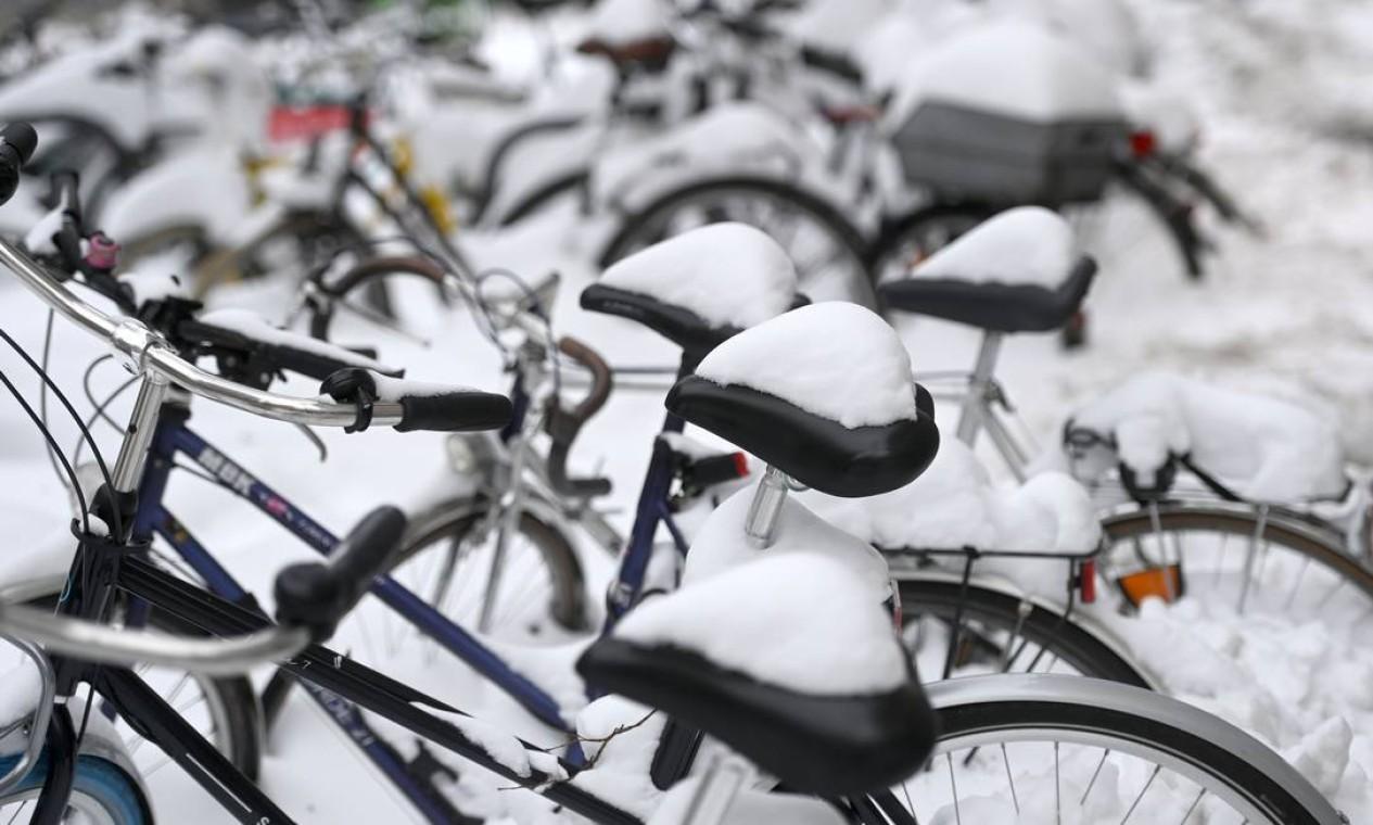 Bicicletas cobertas de neve são vistas em uma rua na cidade de Muenster, oeste da Alemanha Foto: INA FASSBENDER / AFP 10/02/2021