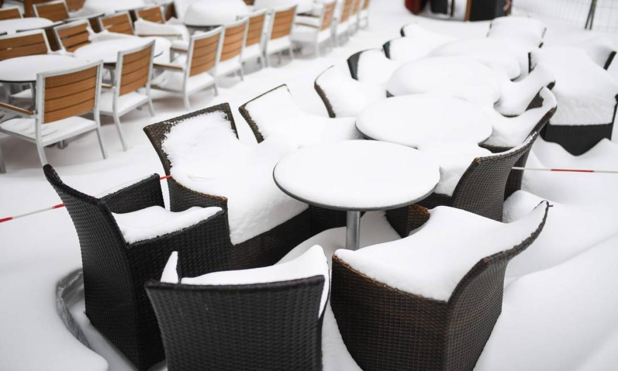 Cadeiras e mesas cobertas de neve de um restaurante fechado na cidade de Muenster, oeste da Alemanha Foto: INA FASSBENDER / AFP - 10/02/2021