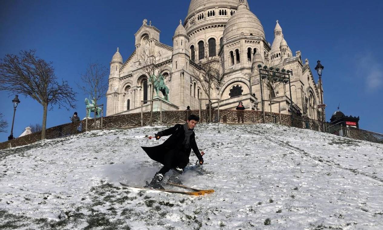Homem desce de esqui a colina de Montmartre, perto da Basílica do Sagrado Coração, em Paris Foto: ANTONY PAONE / REUTERS 10/02/2021