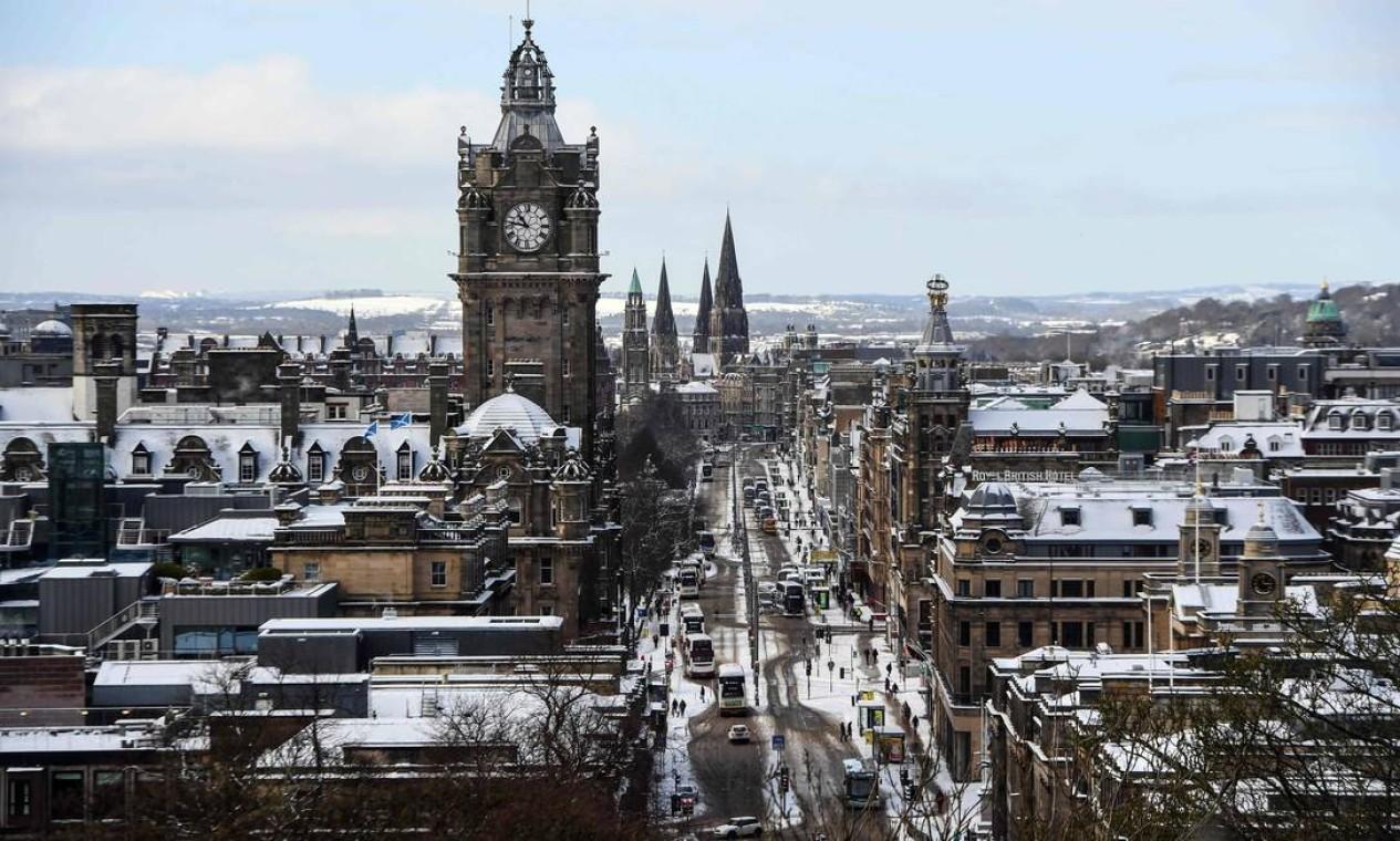 Uma Princes Street coberta de neve é vista em Calton Hill, no centro de Edimburgo Foto: ANDY BUCHANAN / AFP 10/02/2021