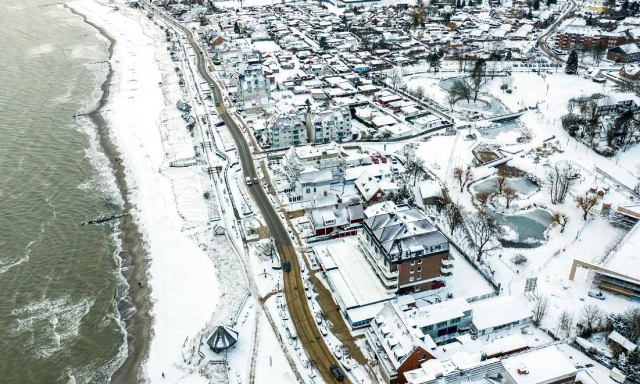Vista aérea do interior da cidade coberto de neve e a praia de Haffkrug, Schleswig-Holstein, norte da Alemanha Foto: AXEL HEIMKEN / AFP 10/02/2021