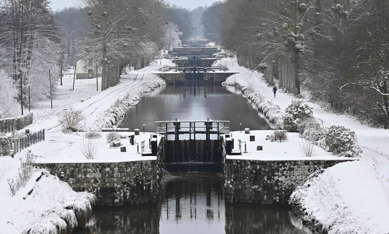 O canal d'Ille-et-Rance coberto por neve, em Tinteniac, oeste da França Foto: DAMIEN MEYER / AFP - 10/02/2021