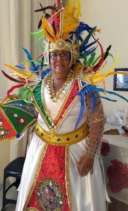 A costureira Enely da Silva vai deixar de arrecadar R$ 16 mil com o Galo da Madrugada Foto: Arquivo pessoal